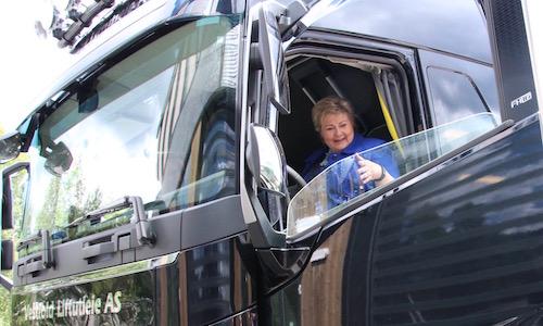 Erna Solberg tester lastebil hos Kongsberg Automotive